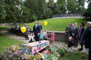 anna-groot-afscheidsfotografie-ballonnen-oplaten-op-kerkhof-5694