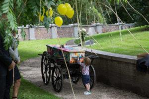 anna-groot-kerkhof-kind-bij-loopkoets-met-kist-5650
